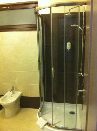 Hotel Aristocratis: New clean shower