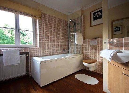 badezimmer rotes zimmer bild von kaiser 39 s landhaus schliersee tripadvisor. Black Bedroom Furniture Sets. Home Design Ideas