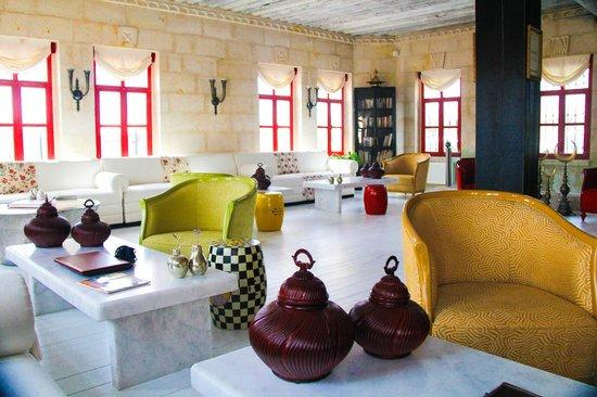 Hezen Cave Hotel: Reception and living room