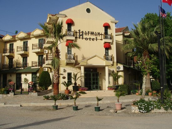 Harman Hotel: Main Entrance and building