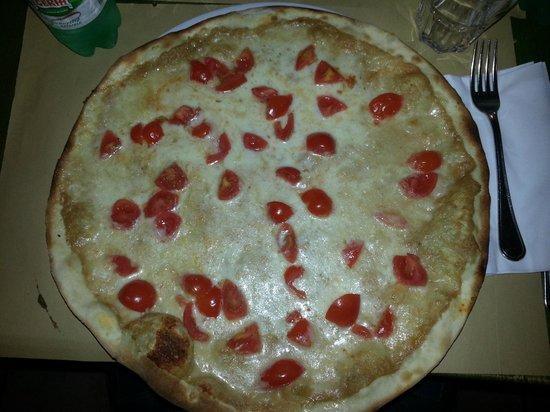 """Almacri : pizza """"almacrì"""" con mozzarella,crema di tonno e pomodorini"""