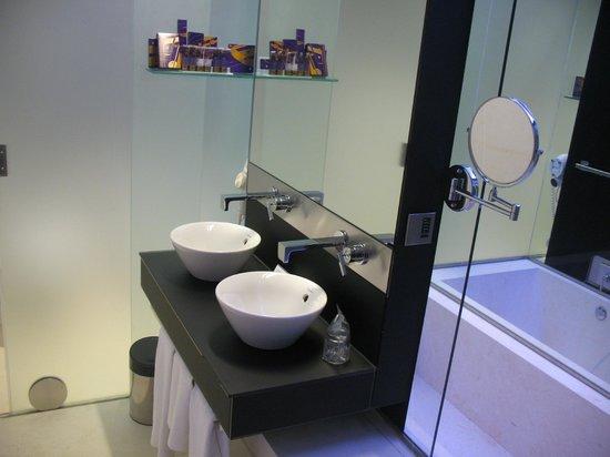 Parador de Cádiz: Lavabos y bañera con cromoterapia