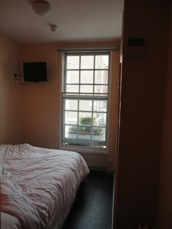 easyHotel Paddington London: Standard room with window (room 104)
