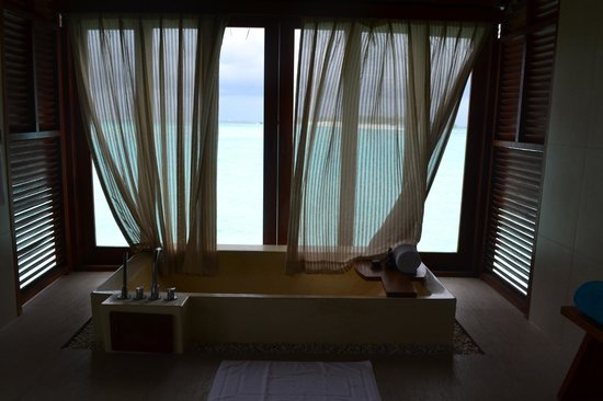 Anantara Dhigu Maldives Resort: Oversize tub overlooking the lagoon