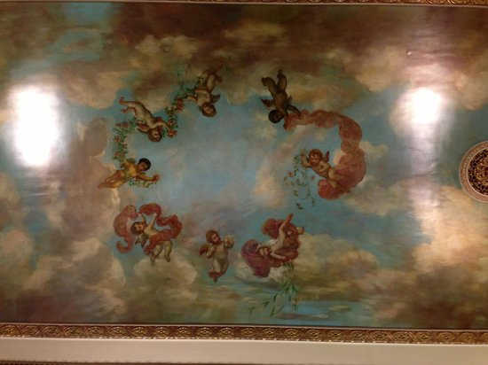 The Pfister Hotel: Fresco cherubim on lobby ceiling.