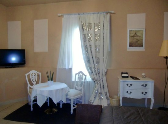 Villa Augusta : coin ptit dejeuner dans chambre