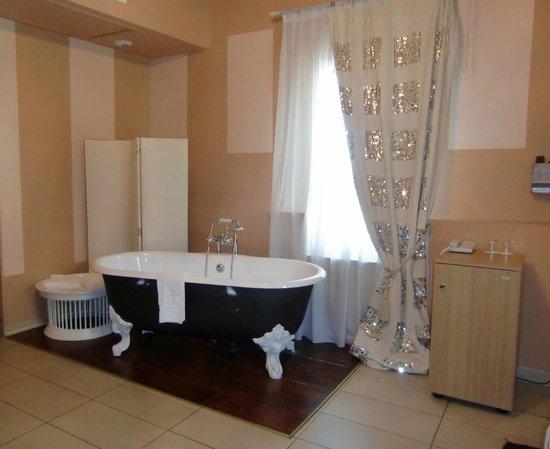 Villa Augusta : baignoire stylee dans la chambre