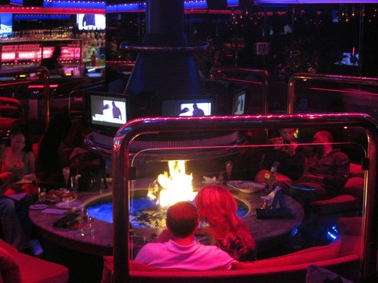 Peppermill's Fireside Lounge: The indoor firepit