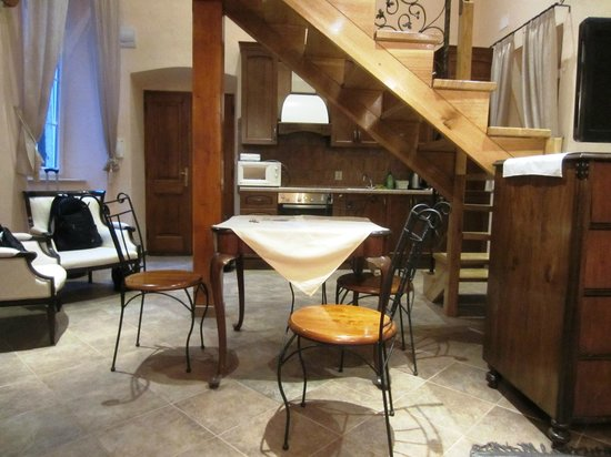 Amoret Apartments: Kitchen and dining area of Royal apartment