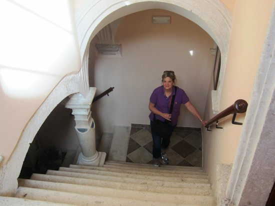 Amoret Apartments: Up 1 flight of stairs to Royal apartment from street entrance