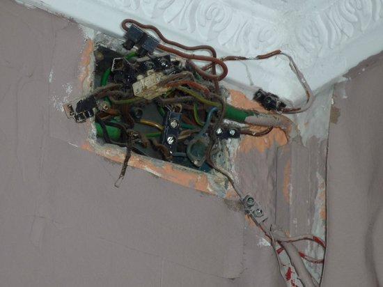 Miami Hotel: Zimmer mit unisolierten Stromkabeln. Lebensgefahr!