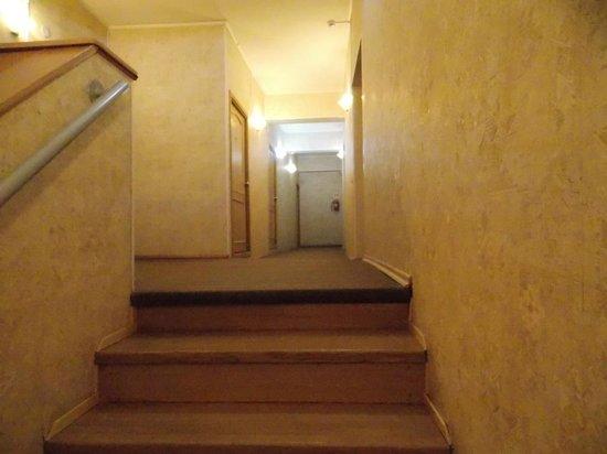 Idillia Mini-Hotel : Лестница на второй этаж гостиницы