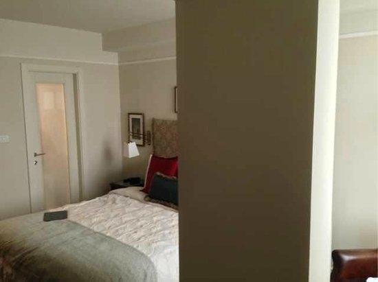 Arthur Hotel Jerusalem - an Atlas Boutique Hotel: Imposant pilier dans notre miniscule chambre