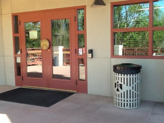 Thunderbird Executive Inn & Conference Center : entrance to lounge from upstairs patio