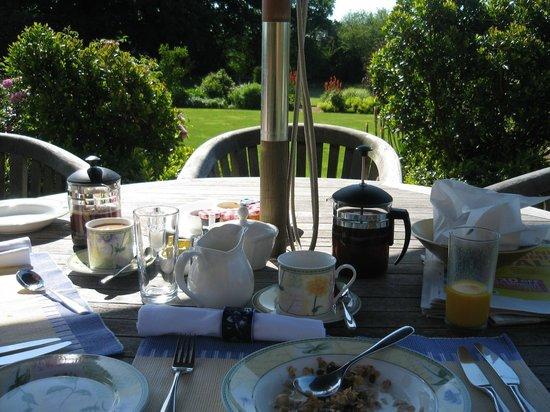 Warren Farm Lodge: Breakfast on the patio