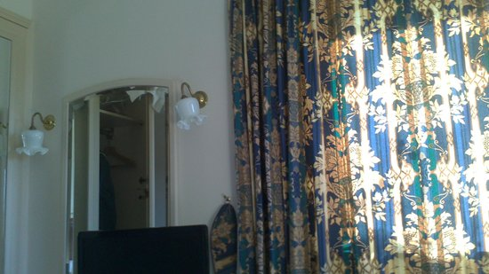 Stonehouse Court: fussy curtains and dated decor not as shown on website