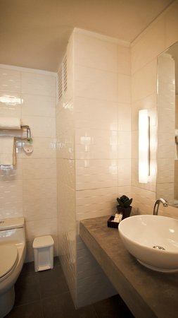 Tierra Viva Arequipa Plaza Hotel: Bright and clean bathroom (can unfortunately hear neighbours bathroom quite clearly)