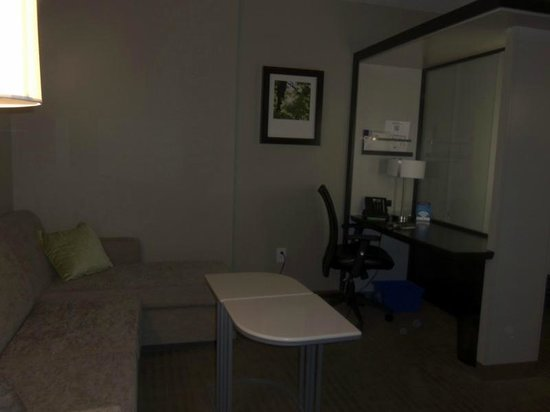 SpringHill Suites Toronto Vaughan : Living/Office area.
