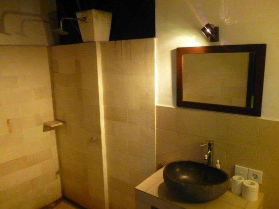 Manis Homestay Amed Bali: Les salle de bain à ciel ouvert
