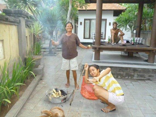Manis Homestay Amed Bali: Mama Manis en train de nous préparer le mais grillé