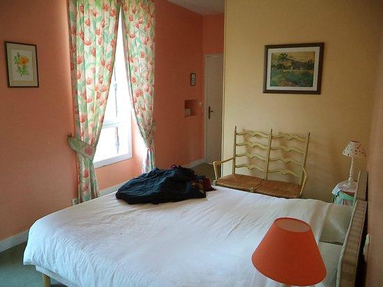 chambre avec lit double lectrique photo de auberge des charmilles beaulieu sur dordogne. Black Bedroom Furniture Sets. Home Design Ideas