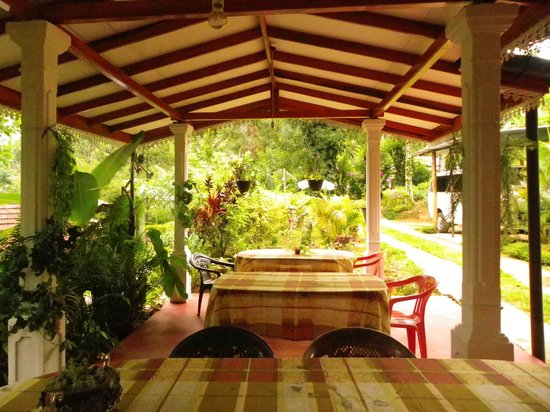 Holiday Homes Guest Inn: dining place in the garden