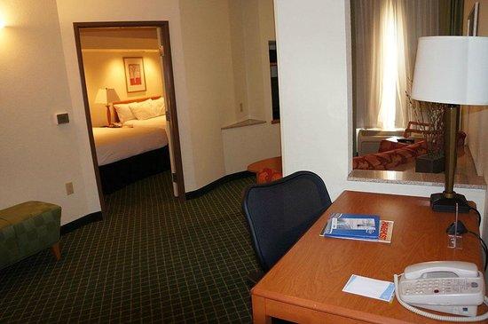 Fairfield Inn & Suites Lafayette : coin bureau et salon au fond