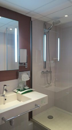 Holiday Inn Blois Centre: Sink and nice shower!