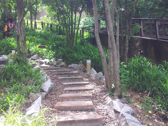 Paresa Resort Phuket: Steps to the dining & lobby