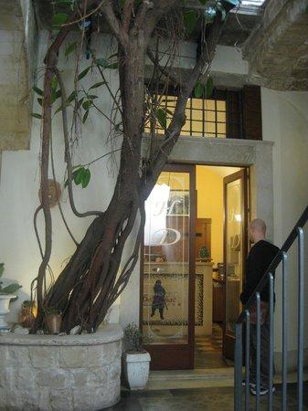 Hotel De Mohac : courtyard entry/reception
