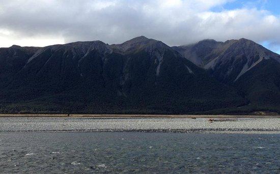 Bealey Hotel : Waimakariri River and mountains