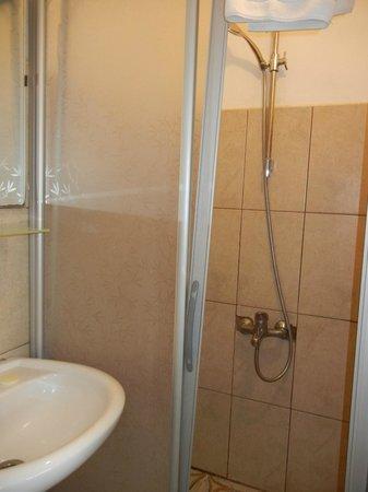 Urkmez Hotel: Shower door falling off