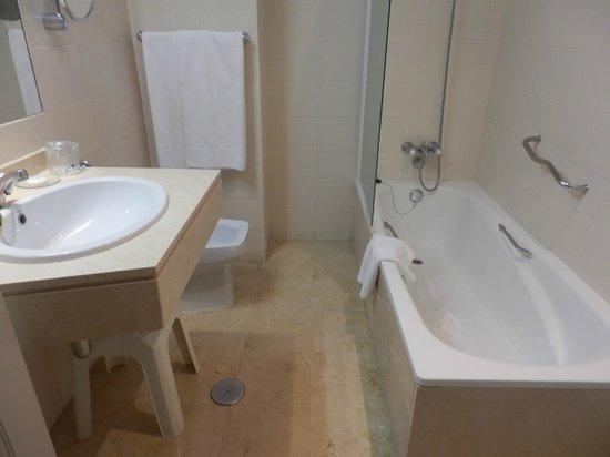 Monte Puertatierra: Bathroom neat & tidy