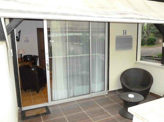 Hotel Restaurant Les Cedres : la terrasse et l'entrée