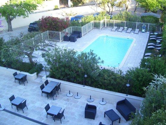 Hotel Le Mas Saint Joseph: Vue de la chambre sur la piscine et le jardin