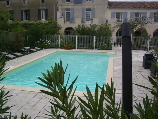 Hotel Le Mas Saint Joseph: Vue de la piscine prise du parking
