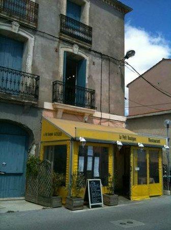 """restaurant """" le petit Bouzigues"""" au tout début de la promenade face à l'étang de Thau ."""
