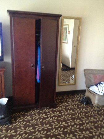 Embassy Suites by Hilton Orlando Airport: wardrobe