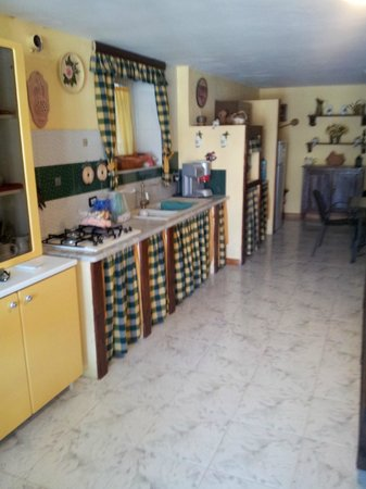 Baglio degli Angeli B&B : kitchen and dining