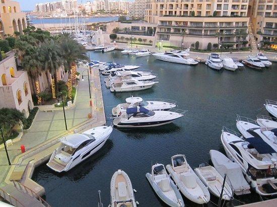 อาเจนโต้: Hilton Marina