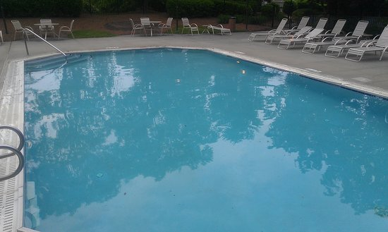 Greensboro-High Point Marriott Airport: outsdoor pool(too chilly to swim outside)