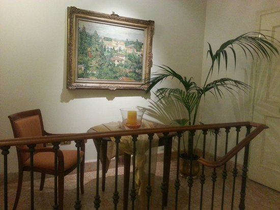 Hotel Corona d'Oro 1890 : SMALL SITTING AREA OFF ELEVATOR NEAR OUR ROOM