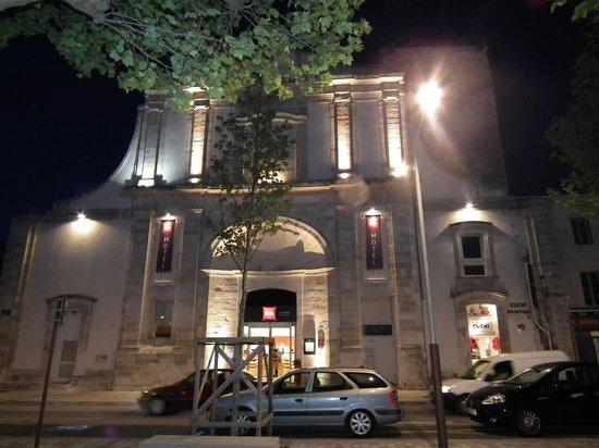 Ibis La Rochelle Vieux Port : Entrée le soir