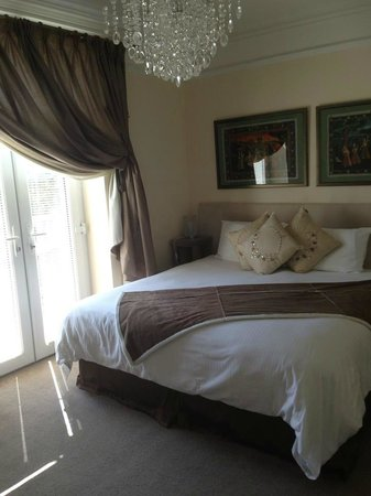 Westwood Guest House: Amazingly comfy bed and beautifully furnished room