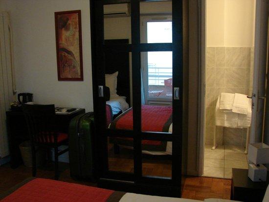 Hôtel Esperanto : Habitación: armario y baño