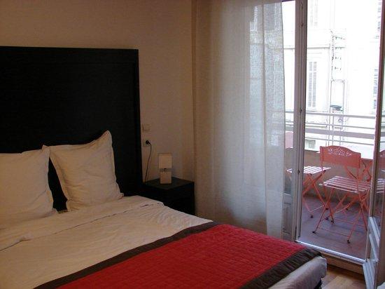 Hôtel Esperanto : Habitación: cama y terraza