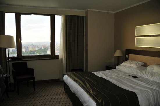 Corinthia Hotel Prague: Room was er beige...