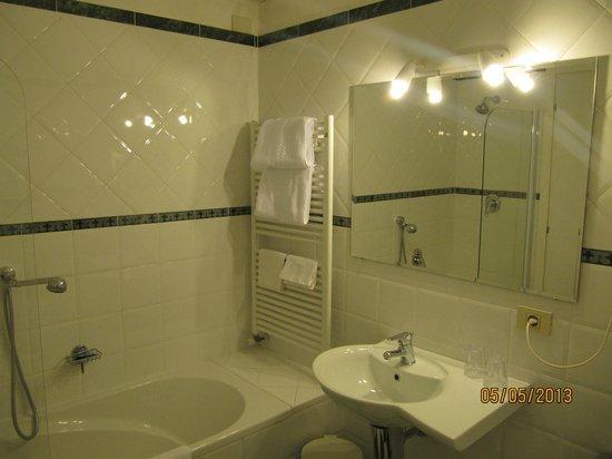 Hotel Beau Rivage: Salle de bain