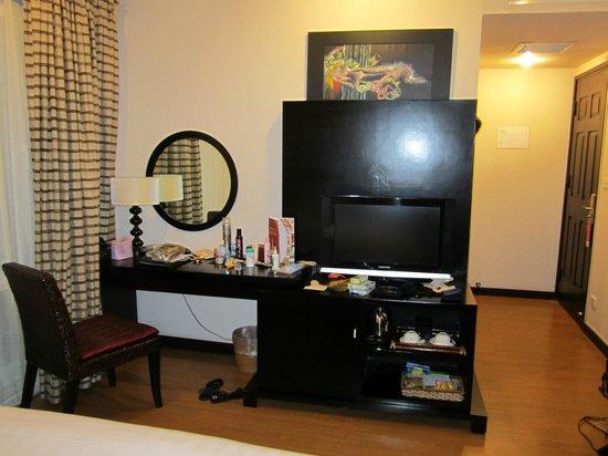 Anise Hotel: Dresser, mini bar, safe and TV