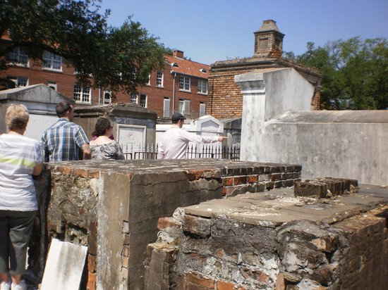 Historic New Orleans Tours : Guided Tour of St Louis Cemetery #1